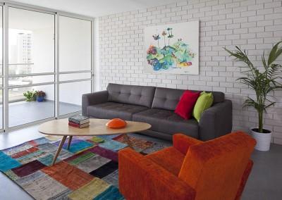 עיצוב סלון צבעוני בסגנון רטרו מודרני