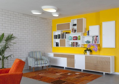ספריית קוביות על קיר צהוב