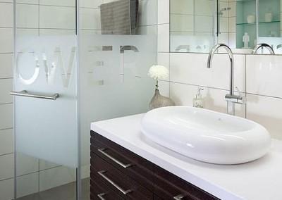 אמבטיה מודרנית בלבן אפור ועץ ונגה