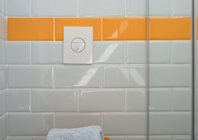 שירלי נחמנה - אמבטיית ילדים בצבעי אפור לבן וכתום